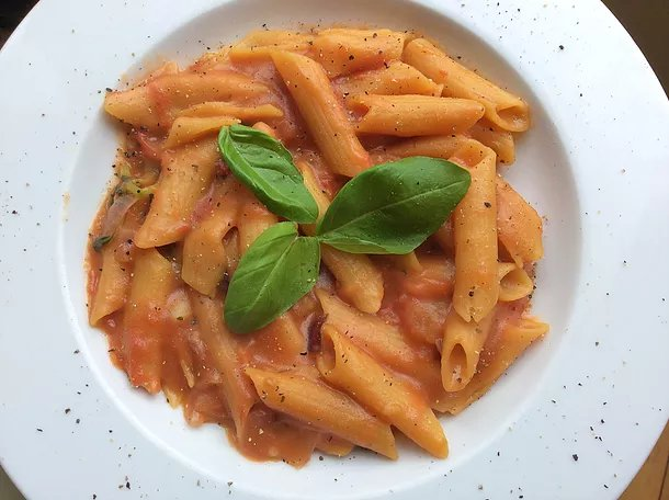 Linsennudeln in cremiger Tomatensoße | Lentil pasta in creamy tomato sauce